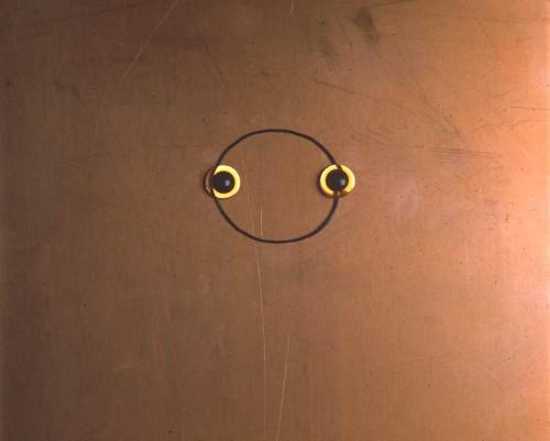Frise med 92 stk           Frieze with 92 pieces   Kobber, ståltråd, bamseplastöjne    Kopper / Metal / Teddybearplasticeyes 20 x 25 cm  Assemblage 1992 Foto: Bent Ryberg