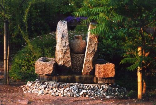 Fotograf: Eget fotoVærk  type: Vandkunst Materiale: Granit Størrelse: 90x90x90 cm Færdiggjort: 1987 Placering: Jebjerg Efterskole