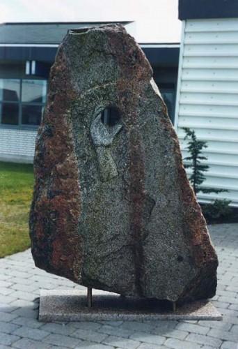 Fotograf: Eget fotoVærk  titel: Lykkestenen Værk  type: Skulptur Materiale: Feldspat Størrelse: 180x90x55 cm Færdiggjort: 1994 Placering: Handelsskolen, Thisted